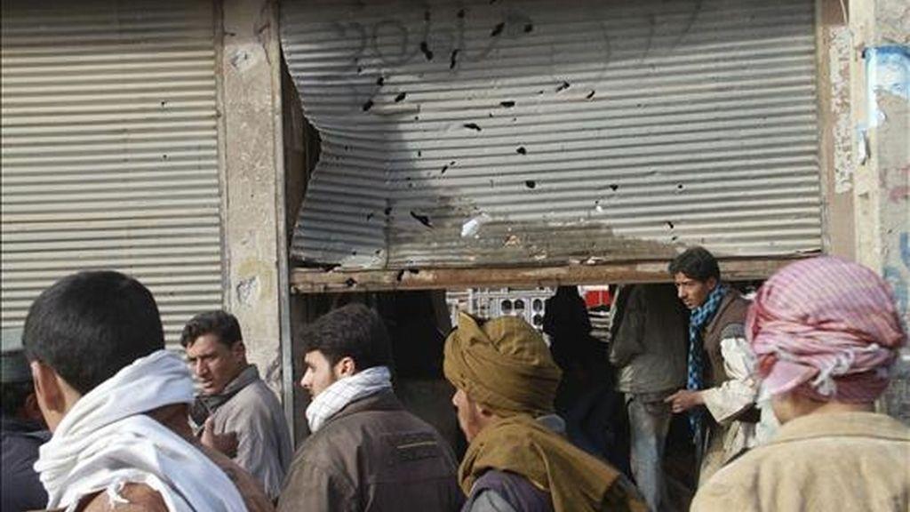 Vecinos observan el lugar donde ha explotado una bomba en Herat (Afganistán) hoy, 3 de enero de 2011. Una persona ha muerto y otros cuatro han resultado heridos al explotar una bomba junto a una carnicería. 5.000 insurgentes, 2.000 civiles, 1.300 policías mueren en Afganistán en 2010. EFE