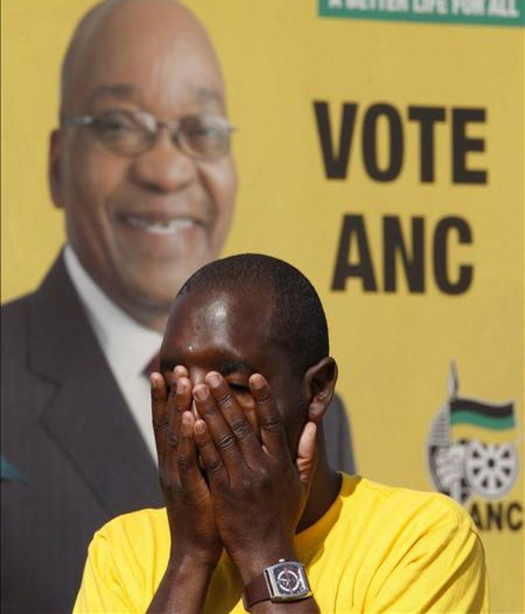 Simpatizantes del gobernante Congreso Nacional Africano (ANC) esperan la llegada de su presidente, Jacob Zuma, durante un acto electoral celebrado a las afueras de Pretoria (Sudáfrica), hoy sábado 18 de abril. Sudáfrica celebrará elecciones generales el próximo 22 de abril. EFE