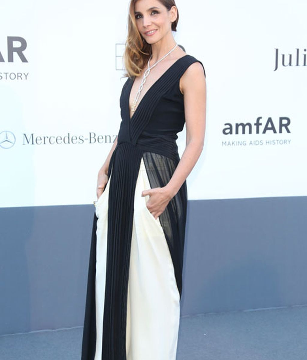 La actriz Clotilde Courau impresionó con un vestido en blanco y negro