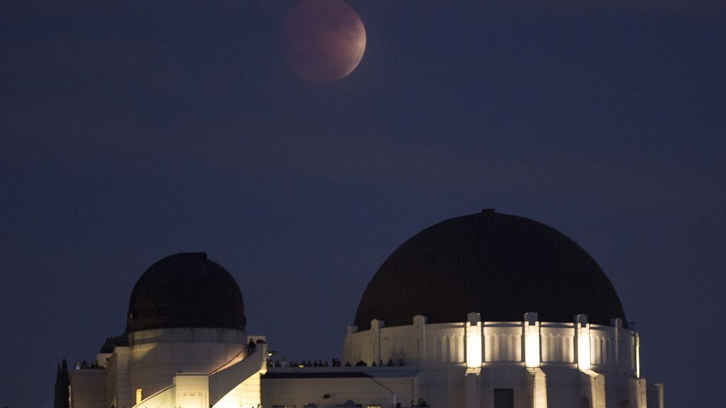 La 'superluna vista desde un observatorio de Los Angeles, California