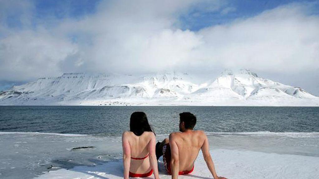 Activistas 'toman el sol' sobre un iceberg en Noruega