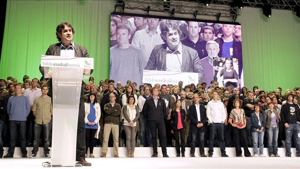 El secretario general de EA y portavoz de Bildu, Pello Urizar (i), durante el acto central de la campaña electoral que la formación celebró el pasado sábado en el Bilbao Exhibition Centre (BEC) de Barakaldo (Vizcaya). EFE