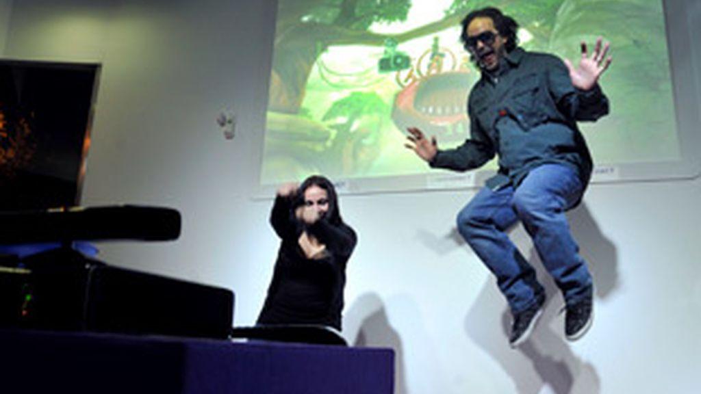 El director creativo de Kinect, Kudo Tsunoda, durante la presentación de su sistema de juego sin mandos Kinect. Foto: EFE