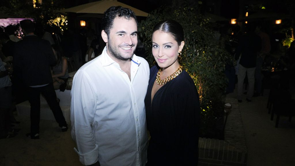 Emiliano Suárez, creador de Aristocrazy, posando con Hiba Abouk