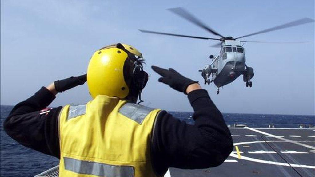 """Un helicoptero aterriza en la fragata """"Numancia"""", que en su primera misión en aguas de Somalia ha evitado un ataque pirata. EFE/Archivo"""