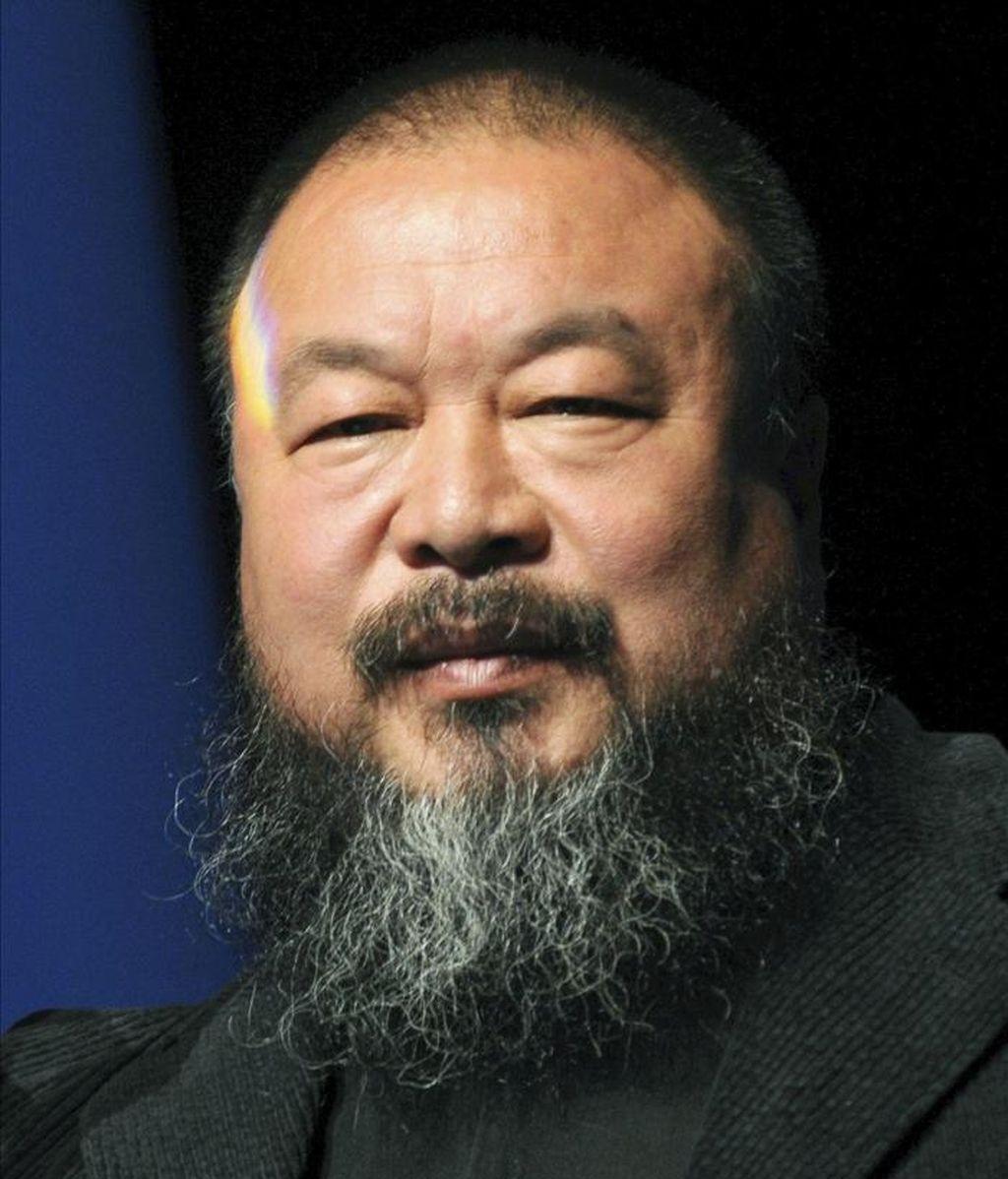 """Fotografía de archivo del artista chino Ai Weiwei durante la ceremonia en la que fue distinguido con el premio """"Das Glas der Vernunft"""" (cristal de la razón), en Kassel, Alemania, el 26 de septiembre de 2010. EFE"""
