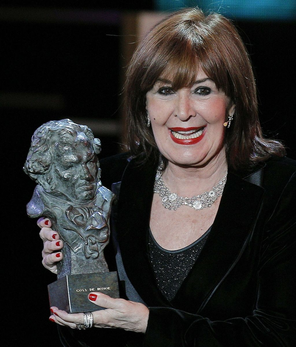 La actriz Concha Velasco recibe el premio Goya de Honor 2012 por su carrera