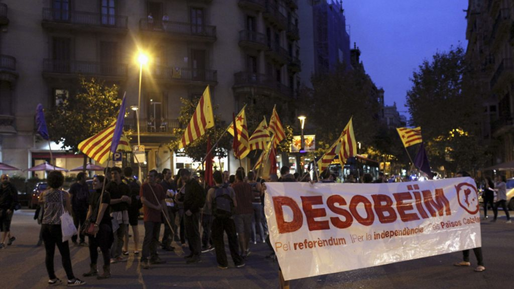 Manifestantes piden desobedecer al Constitucional ante la Delegación del Gobierno en Barcelona