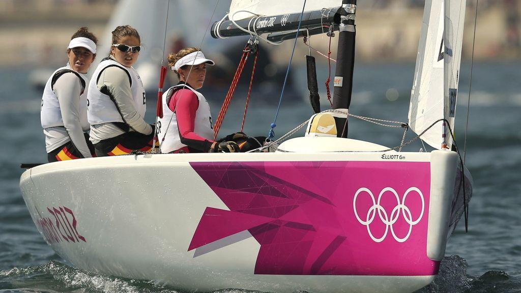 Las españolas Tamara Echegoyen, Sofía Toro y Ángela Pumariega compiten en las pruebas del Match Race-Elliott 6 femenino para decidir las finalistas de esta clase de la competición de vela de los Juegos Olímpicos de Londres 2012 en Weymouth