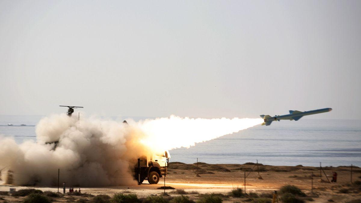 """Un misil tipo """"Qader"""" parte desde una lanzadera del ejército iraní cerca del Estrecho de Ormuz"""