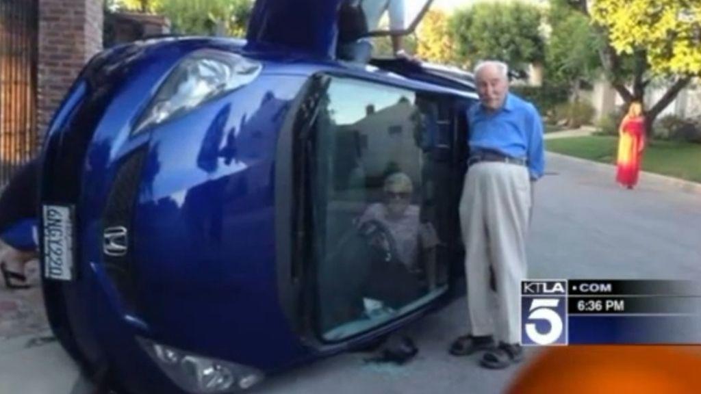 Su mujer tiene un accidente y él se hace una foto con el coche dado la vuelta