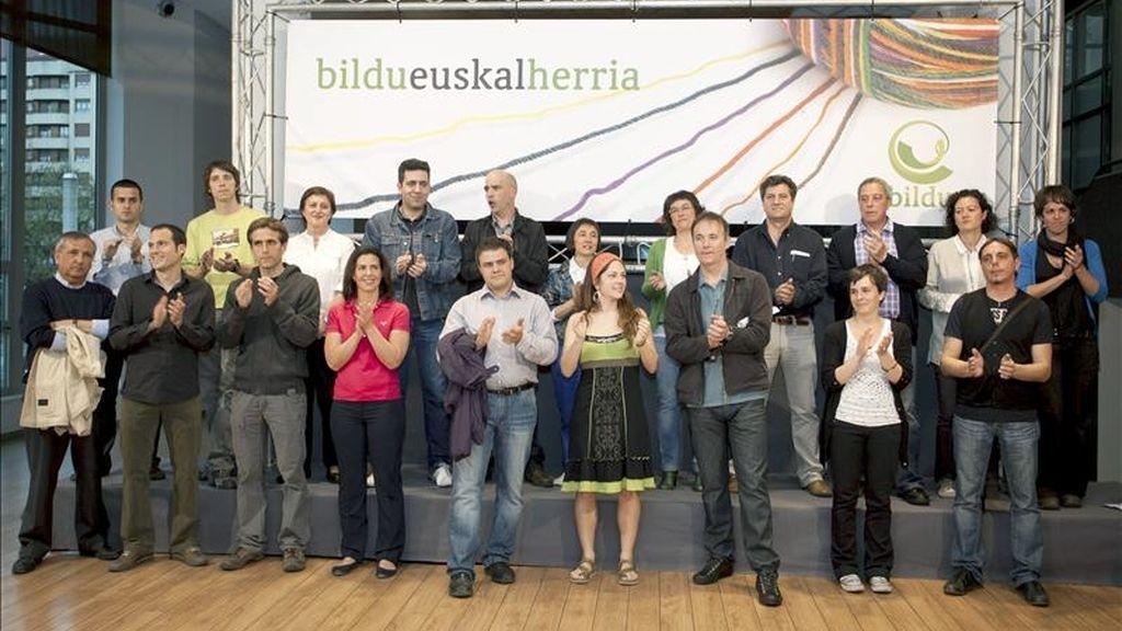 Los candidatos por Bildu durante la presentación en Vitoria de sus candidaturas a las juntas generales de Álava y al ayuntamiento de Vitoria por la nueva formación vasca. EFE/Archivo