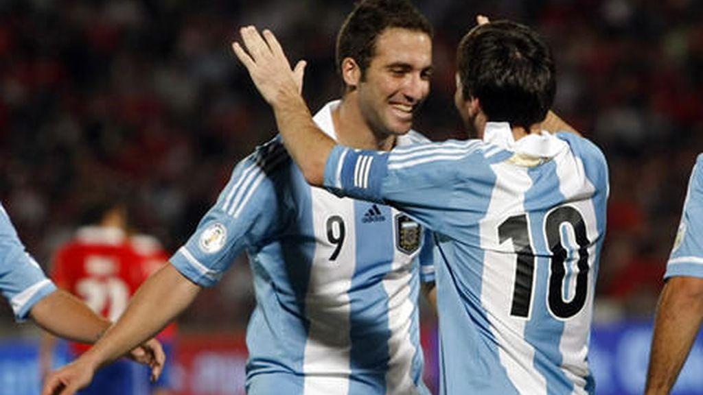 Messi e Higuaín lideran la victoria de Argentina ante Chile y siguen líderes del grupo