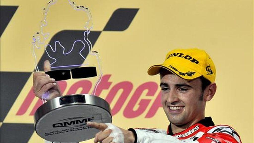 El piloto español Héctor Barbera sostiene su trofeo de campeón tras ganar la carrera de los 250cc en el Gran Premio de Qatar que se lleva a cabo en el circuito Losail en Doha (Qatar). EFE