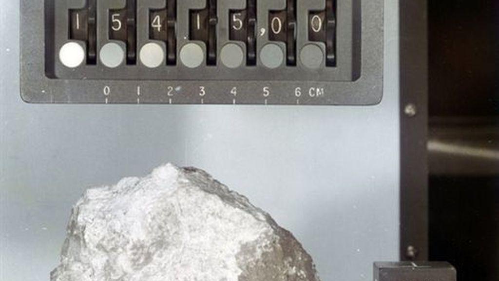 Hallan rastros de agua en muestras de corteza lunar