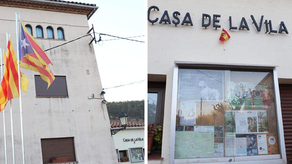 Gallifa instala una minibandera española en la fachada del Ayuntamiento para cumplir la ley