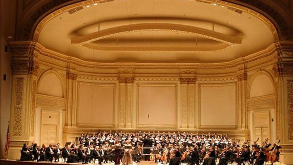 Este histórico teatro neoyorquino, fundado por el industrial Andrew Carnegie, abrió por primera vez sus puertas el 5 de mayo de 1891 con un concierto en el que el compositor ruso Pyotr Tchaikovsky hizo su debut en Estados Unidos. En la imagen una presentación en este escenario en marzo de 2003. EFE/Archivo
