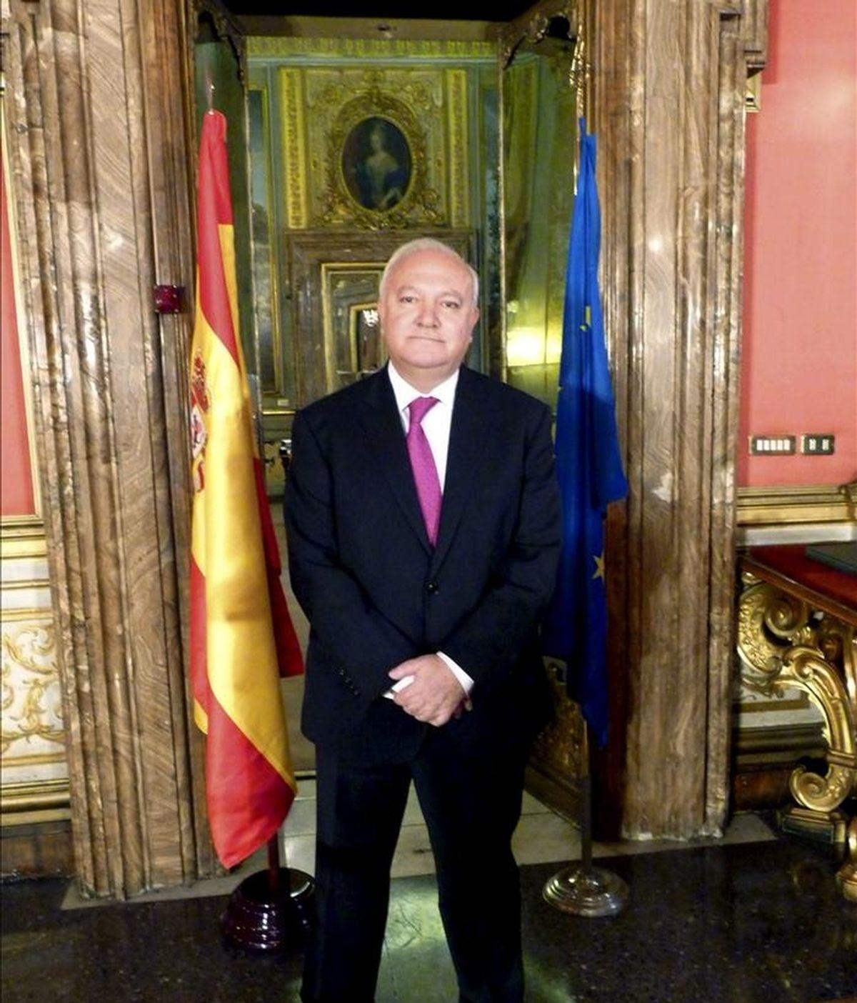 El ex ministro de Asuntos Exteriores de España, Miguel Ángel Moratinos, posa para la prensa en la sede de la Embajada española en Roma. EFE