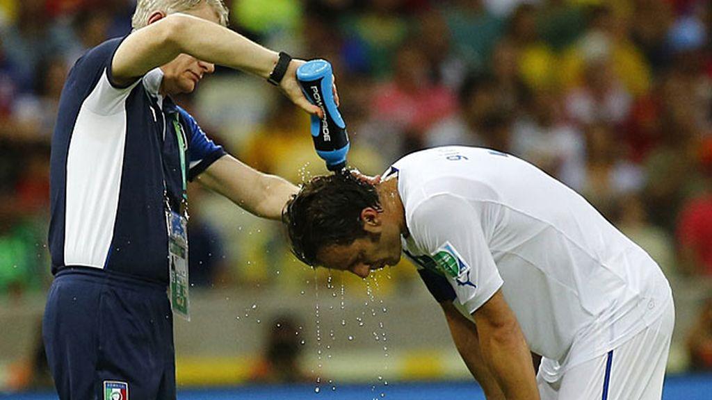 Un asistente echa agua por encima de la cabeza a Gilardino