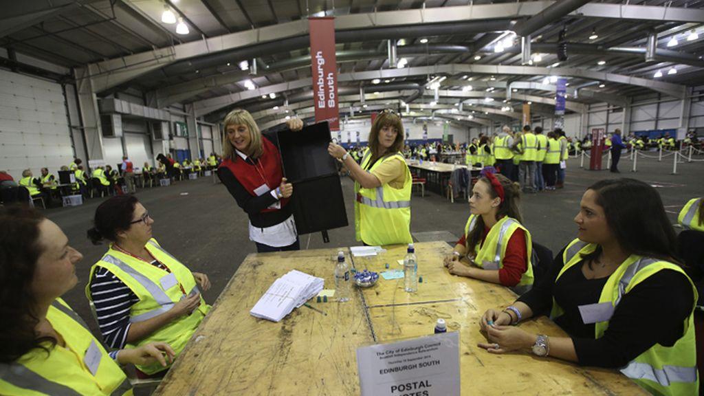 Cierran los colegios y comienza el recuento de los votos en Escocia