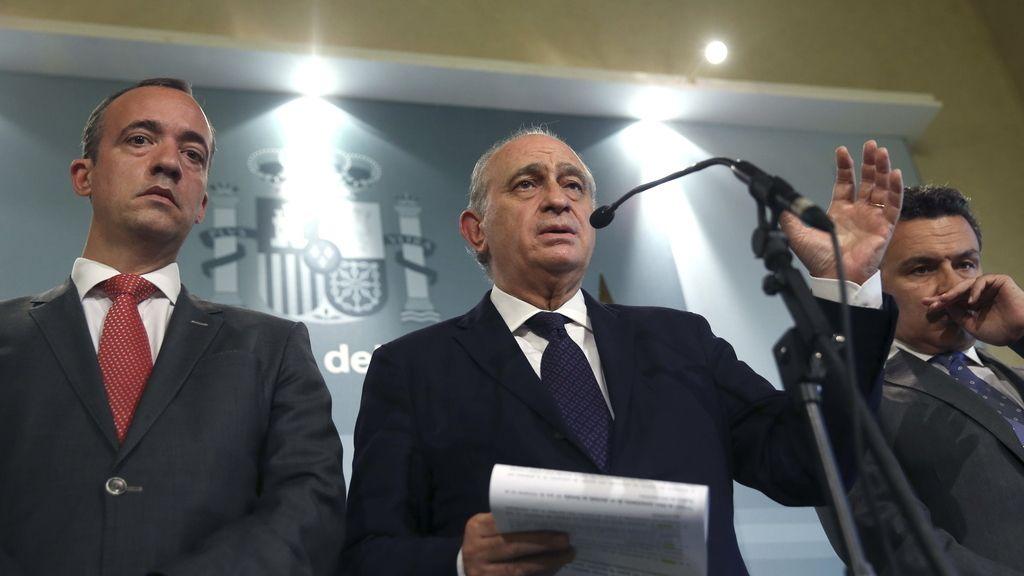 El ministro del Interior, Jorge Fernández Díaz (c), acompañado por el secretario de Estado de Seguridad, Francisco Martínez (i) y el portavoz del PP en la Comisión de Interior del Congreso, Conrado Escobar