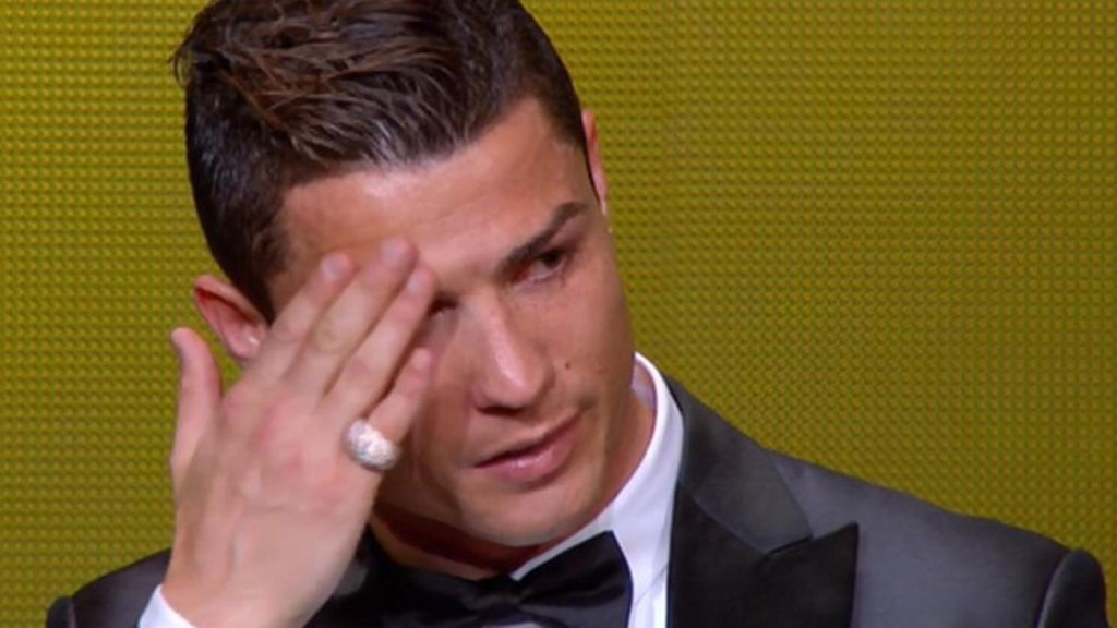 Ronaldo se seca el sudor durante el discurso