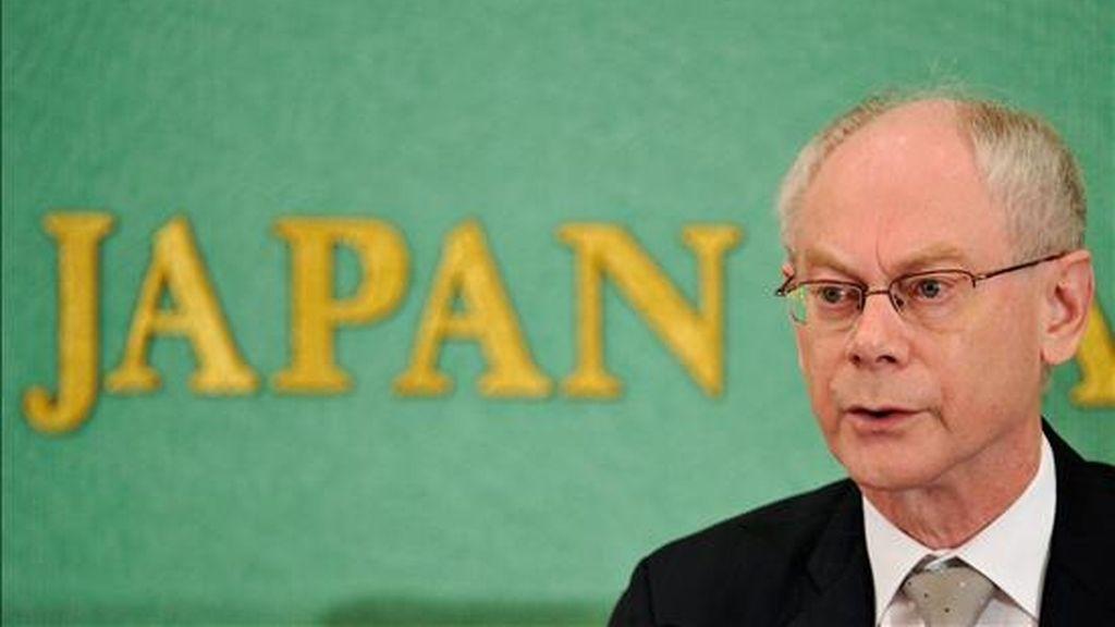 En la imagen, el presidente del Consejo Europeo, Herman Van Rompuy, escucha una pregunta durante una conferencia de prensa hoy en el Club Nacional de Prensa de Tokio (Japón). Van Rompuy se encuentra en Tokio para participar en la décimo novena Cumbre de la Unión Europea-Japón. EFE