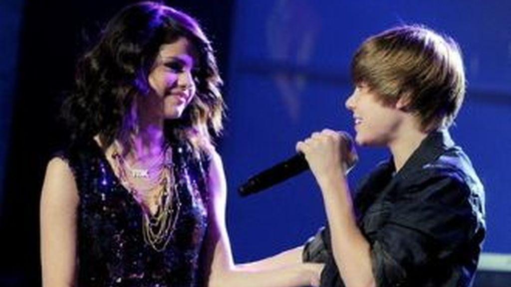 Los dos cantantes mantienen un noviazgos, algo que no llevan muy bien las fans de Bieber.