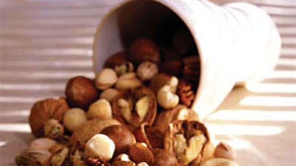 El efecto saciante de las nueces y otros frutos secos, gracias a su riqueza en nutrientes y fibra, induce a comer menos.
