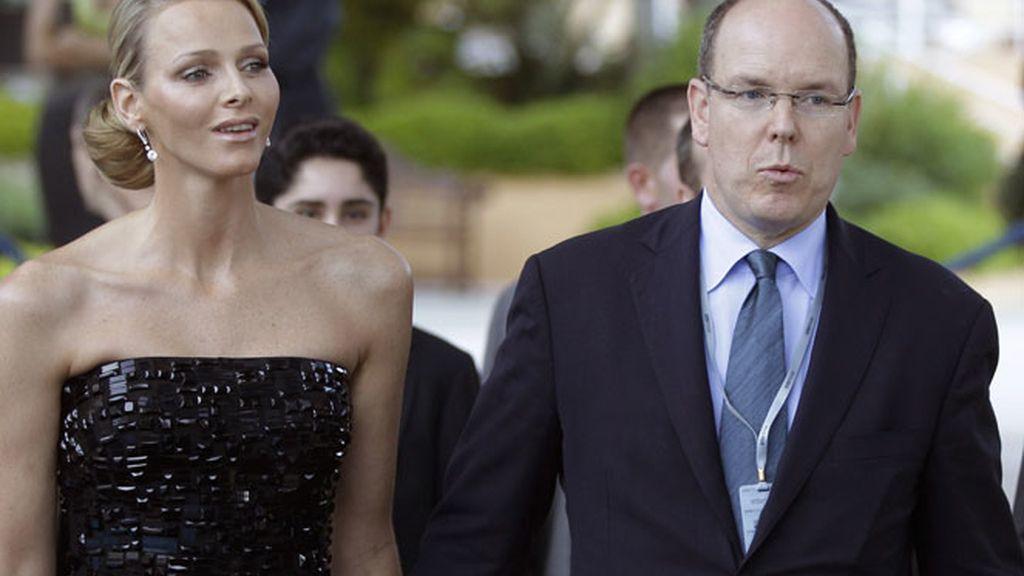 El semanario francés asegura que Charlene ha intentado anular la boda a tres días de su celebración