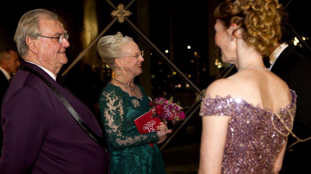 La Reina Margarita y su esposo el príncipe Enrique saludan a los artistas en el DR Concert Hall