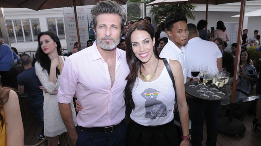 Jesús Olmedo y Nerea Garmendia con la camiseta que ha diseñado para el Orgullo Gay 2014