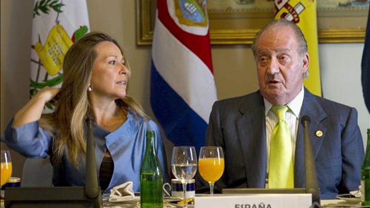 El Rey Juan Carlos y la ministra española de Asuntos Exteriores, Trinidad Jiménez, al inicio del desayuno de trabajo que han mantenido con los presidentes de países centroamericanos este 4 de diciembre, durante la XX Cumbre Iberoamericana de Jefes de Estados y de Gobierno que se celebra en Mar de Plata, Argentina. EFE