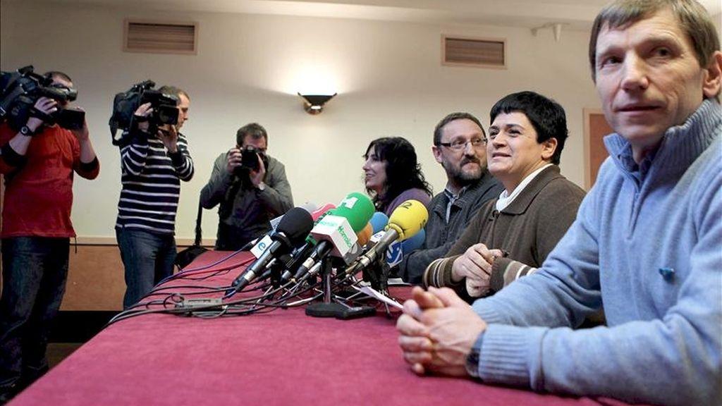 Los representantes de la izquierda abertzale (i-d)  Miren Legorburu, Txelui Moreno, Marian Beitialarrangoitia y Rufi Etxeberria durante la rueda de prensa que han ofrecido hoy en San Sebastián con motivo del alto el fuego anunciado por ETA. EFE