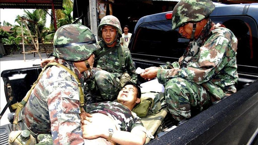 Soldados tailandeses evacúan a un camarada herido en un enfrentamiento con fuerzas camboyanas cerca del templo Ta Muean, en la disputada zona fronteriza de Phanom Dong Rak, en la provincia de Surin (Tailandia). EFE
