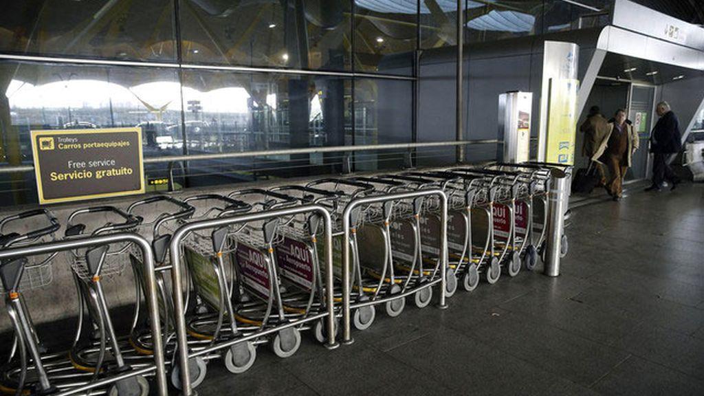 Fomento pretende cobrar el uso de los carros portaequipajes en los aeropuertos