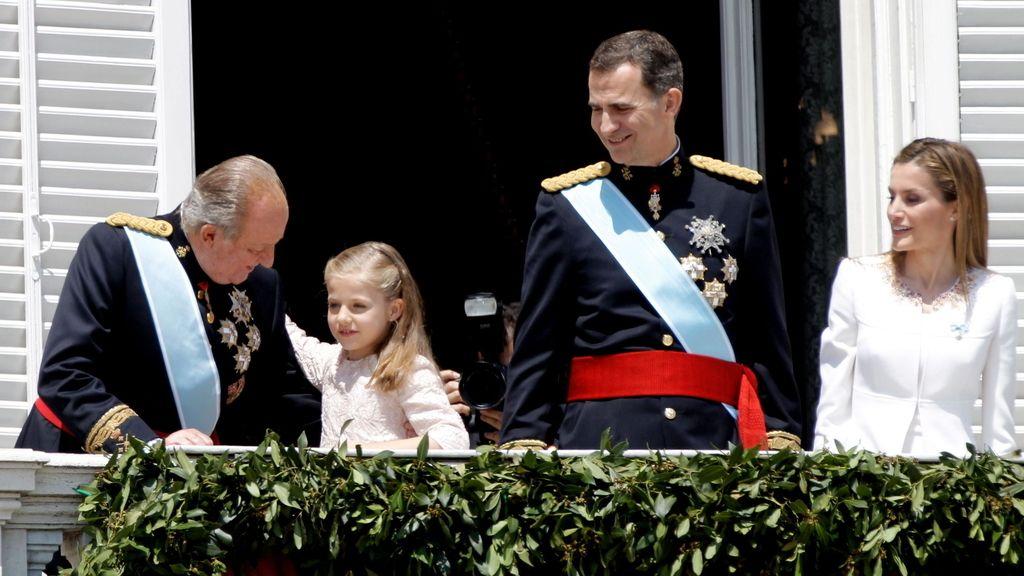 Momento entrañable entre el Rey y la princesa de Asturias en el balcón del Palacio Real