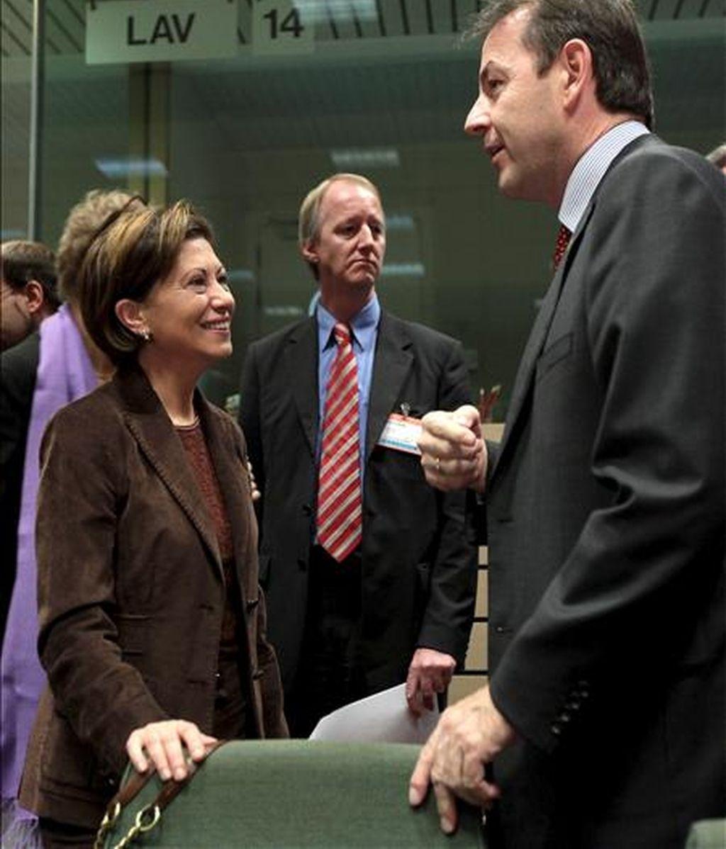 La ministra española de Medio Ambiente, Elena Espinosa (izq), conversa con el ministro austríaco de Agricultura, Nikolaus Berlakovich (dcha), durante la reunión del consejo extraordinario de ministros europeos de Medio Ambiente para preparar la cumbre de Copenhague en Bruselas (Bélgica). EFE