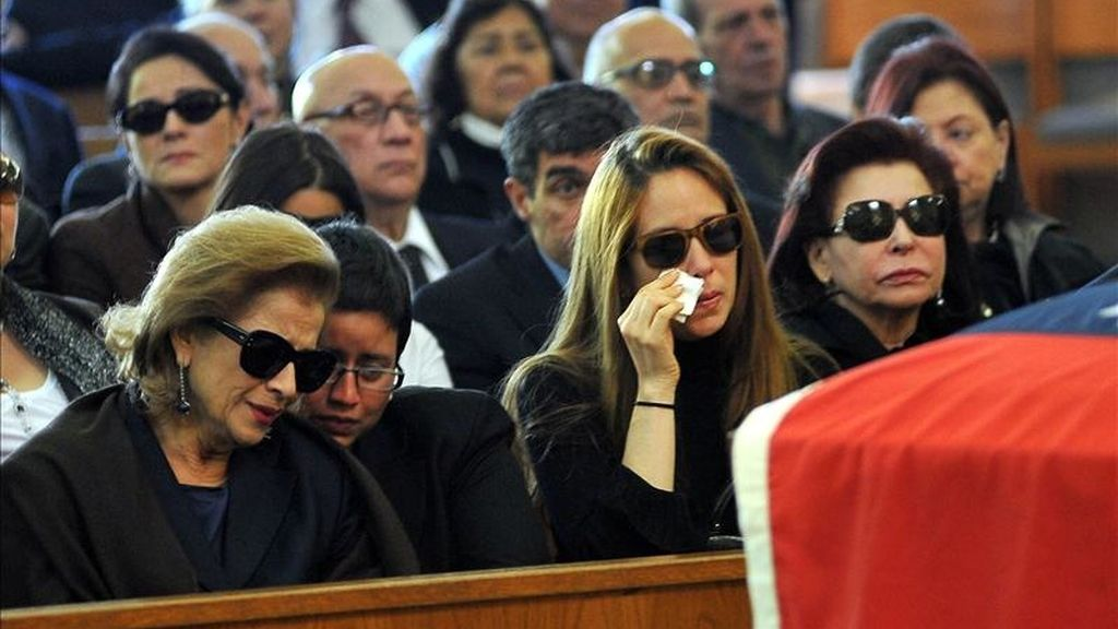 La esposa del ex presidente venezolano, Carlos Andrés Pérez, Cecilia Matos (i), y sus hijas, Cecilia Victoria Pérez (c) y María Francia Pérez (d), lloran durante la ceremonia celebrada en la iglesia católica St. Thomas en Miami. EFE/Archivo