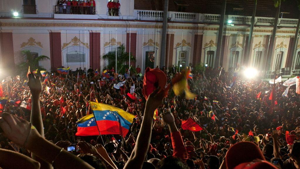 Miles de personas celebran la victoria de Hugo Chávez