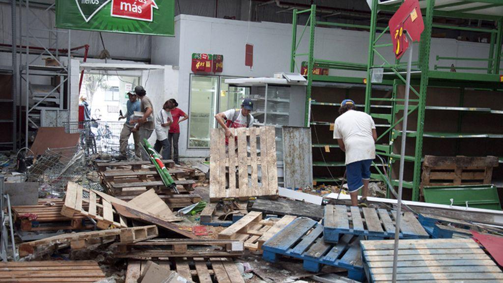Vacinos de Tucumán, Argentina rebuscan entre los restos de una tienda saqueada