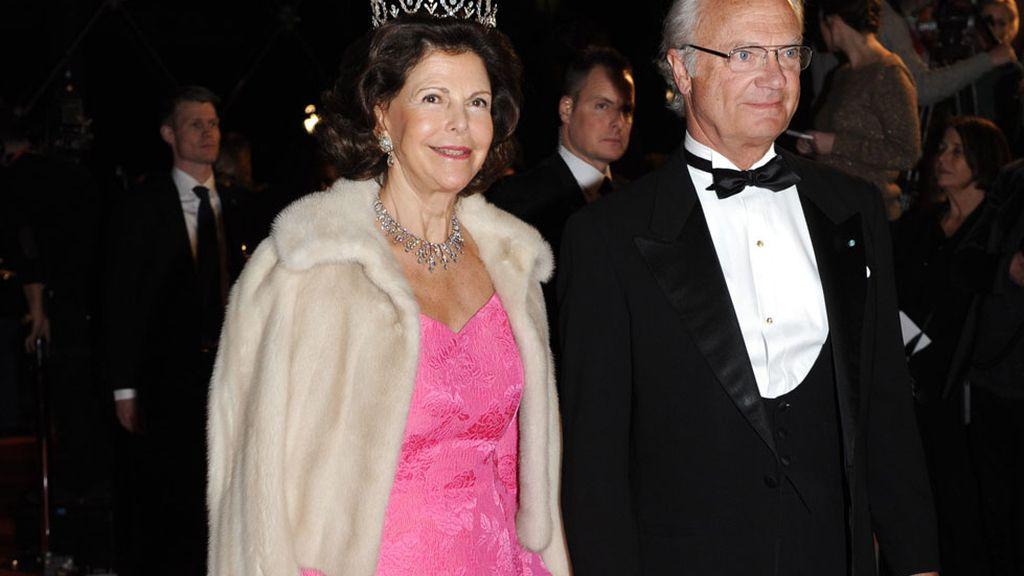 Los reyes de Noruega: Carlos Gustavo y Silvia a su llegada al DR Concert Hall