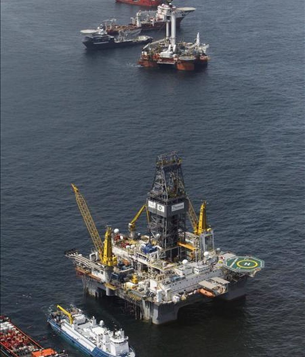 Vista del Development Driller III de perforación, que trabaja en el pozo principal de alivio en el sitio del Deepwater Horizon en el Golfo de México, Luisiana (EEUU). EFE/Archivo