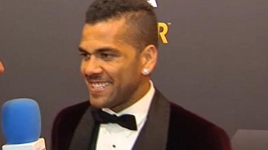 Alves, con pajarita y pendiente