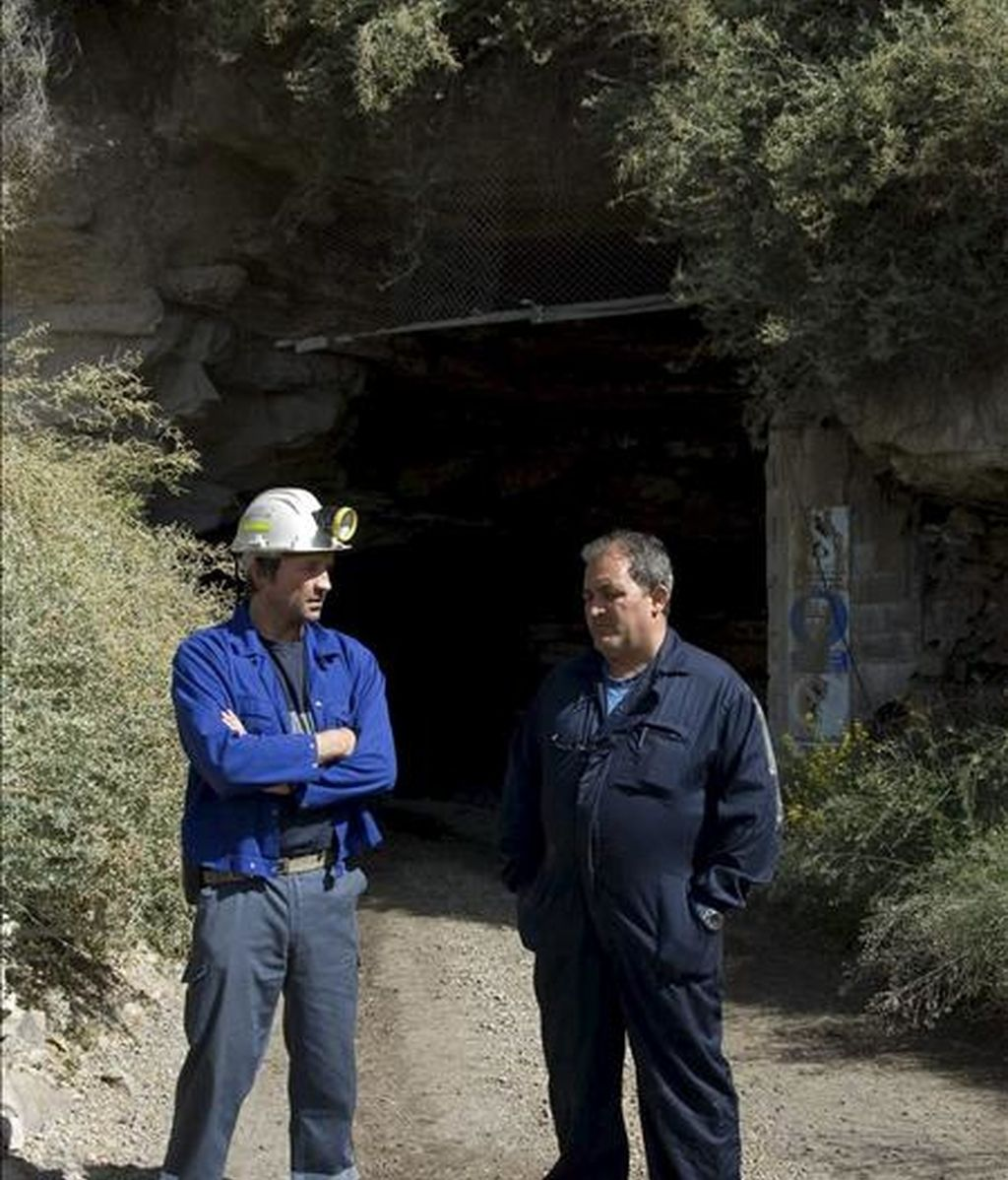 El delegado de UGT en la mina de carbón de Seròs (Lleida), Jesús Pi (d), conversa con un compañero a la entrada de la mina. EFE/Archivo