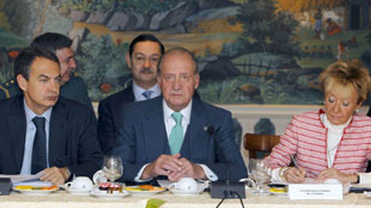 El Rey don Juan Carlos, junto al presidente del Gobierno español, José Luis Rodríguez Zapatero, y la vicepresidenta primera, María Teresa Fernández de la Vega, durante el desayuno que han compartido con miembros de los paises centroamericanos. Foto: EFE.