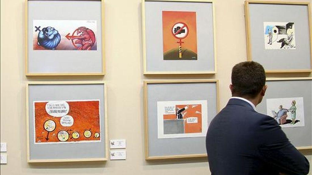 """Un hombre observa alguans de las obras que forman parte de la exposición """"Por una vida sin malos tratos"""", expuestas en 2008 en el Museo de León. EFE/Archivo"""