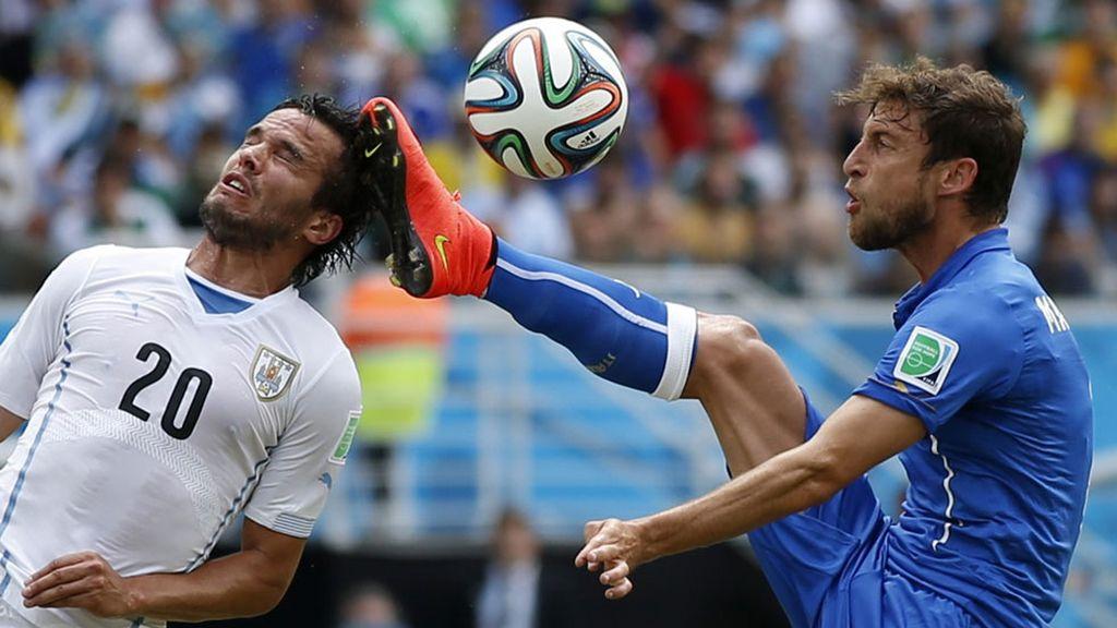 Marchisio empezó las hostilidades con esta patada a González