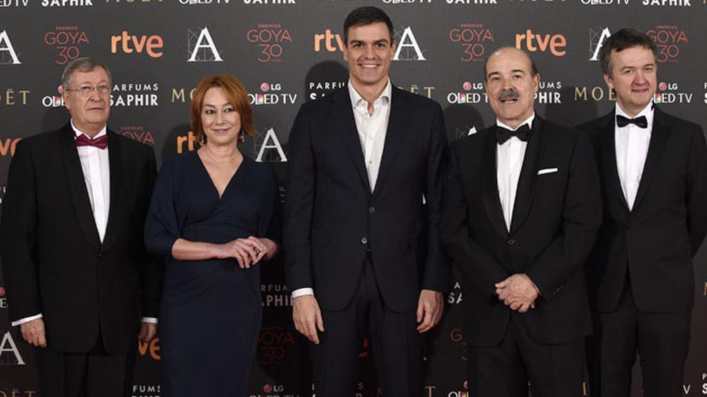 Pedro Sánchez junto a varios miembros de la Academia de Cine