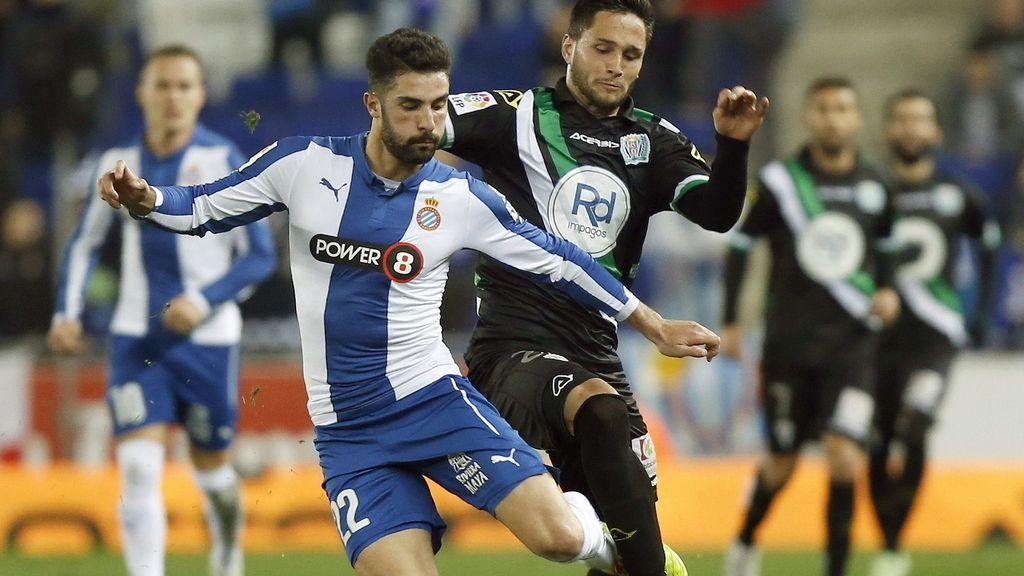 El defensa del RCD Espanyol Álvaro González (i) lucha un balón con el delantero rumano del Córdoba, Florin Andone